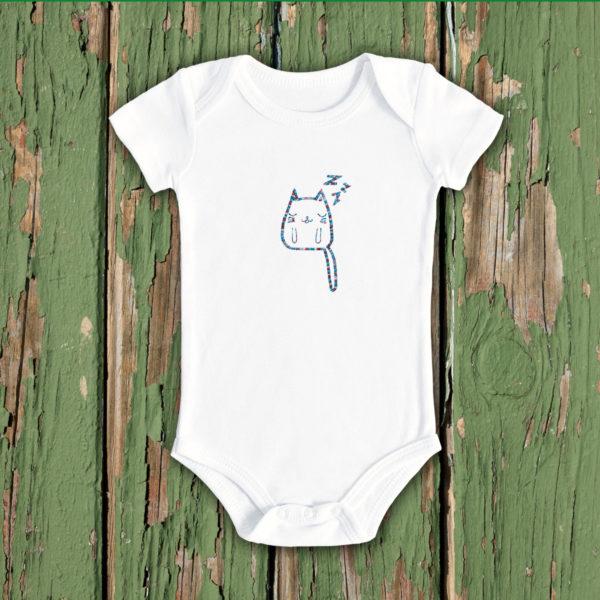 Pisica somnoroasa – body bebe, LWS, bumbac organic, brodat, alb